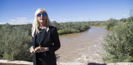 Environmental activist Erin Brockovich visits San Juan River on Navajo Nation downstream from the Gold King Mine spill on Tuesday, Sept. 8, 2015, near Shiprock, N.M. Brockovich accused the U.S. Environmental Protection Agency of lying about how much toxic wastewater spilled from the Colorado mine and fouled rivers in three Western states. (Michael Chow/The Arizona Republic via AP) MARICOPA COUNTY OUT; MAGS OUT; NO SALES; MANDATORY CREDIT