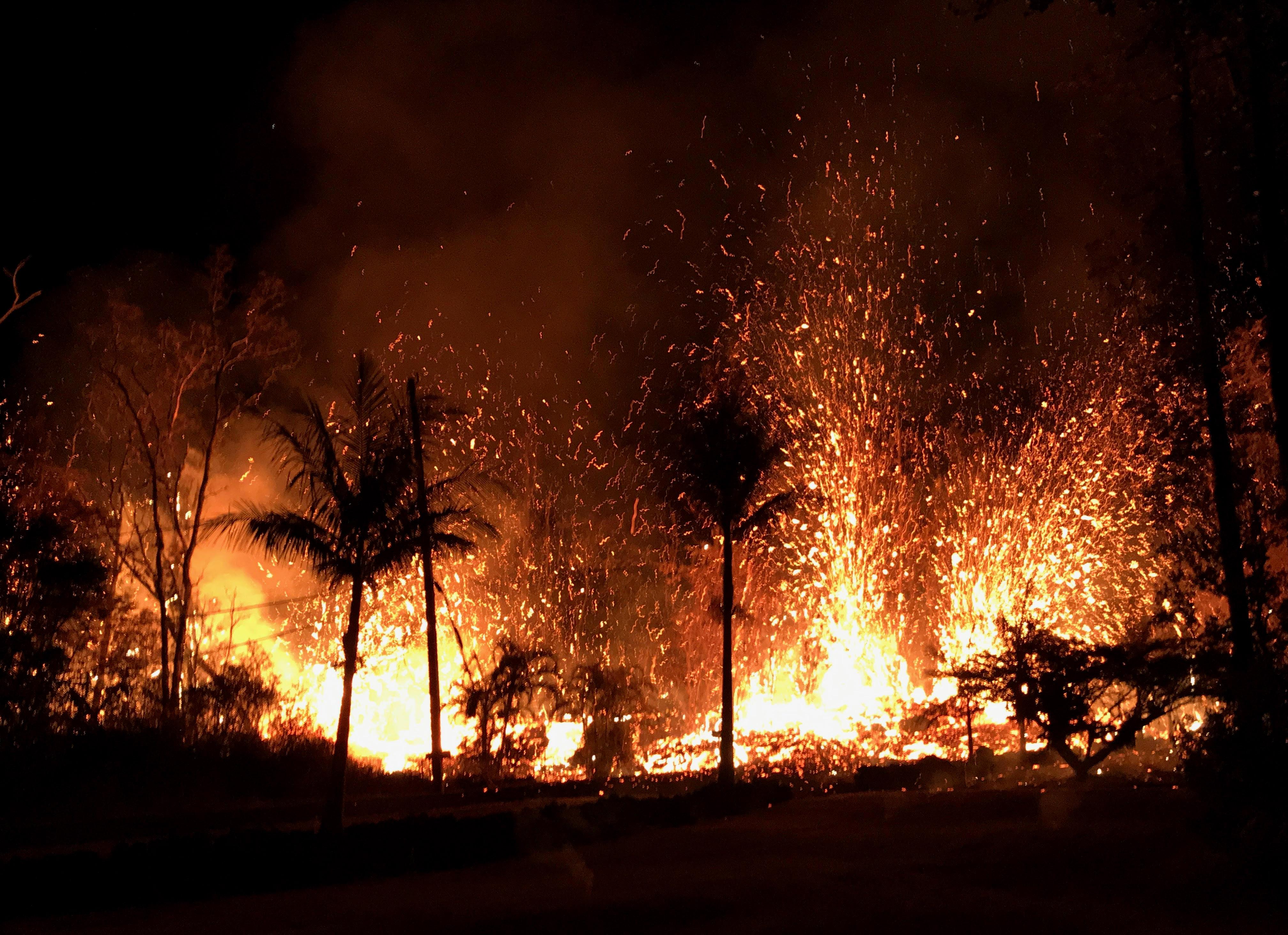 Volcanic eruption forcing horse evacuations on big island for Temperatura lava